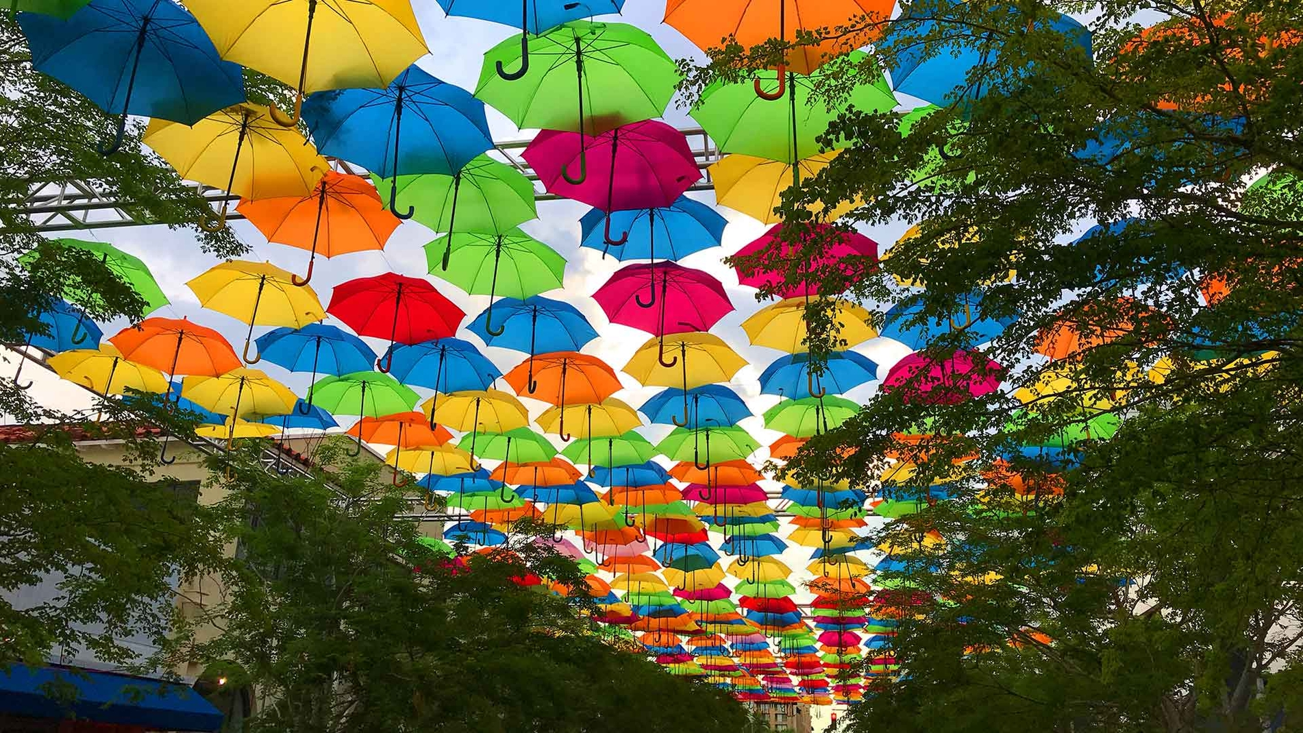 The colorful umbrellas that affect the emotions of those who walk under them