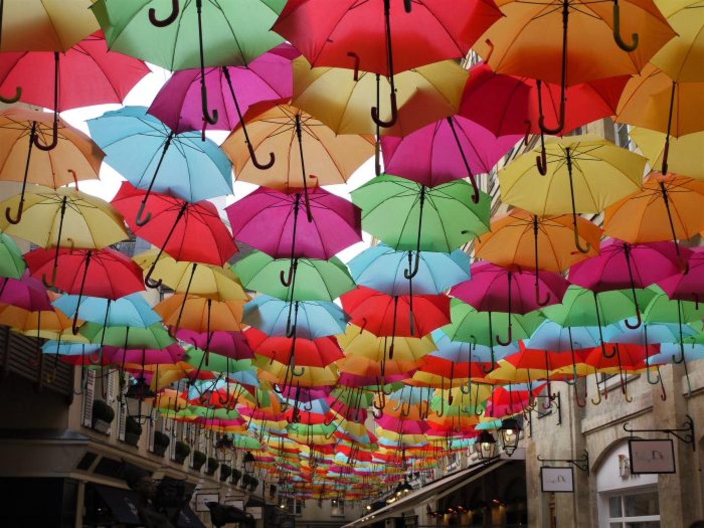 Quelques semaines à peine pour voir les parapluies colorés du Village Royal!