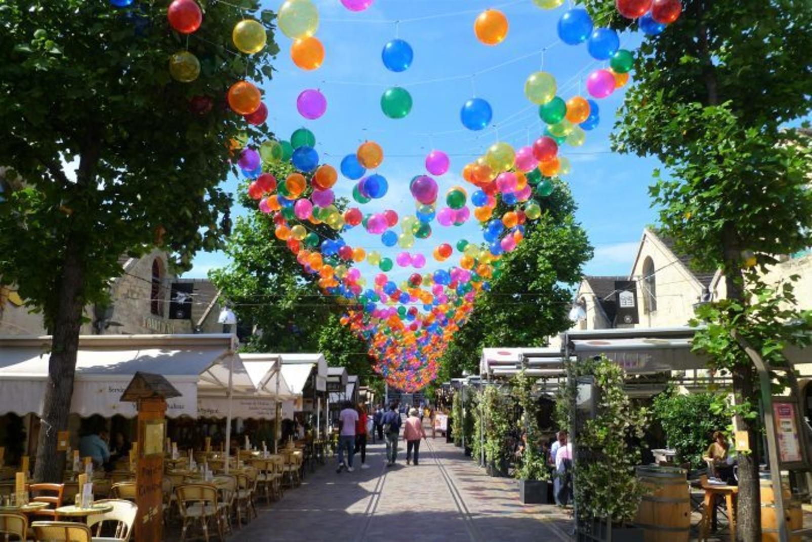 Bercy Village coberto com bolas coloridas!