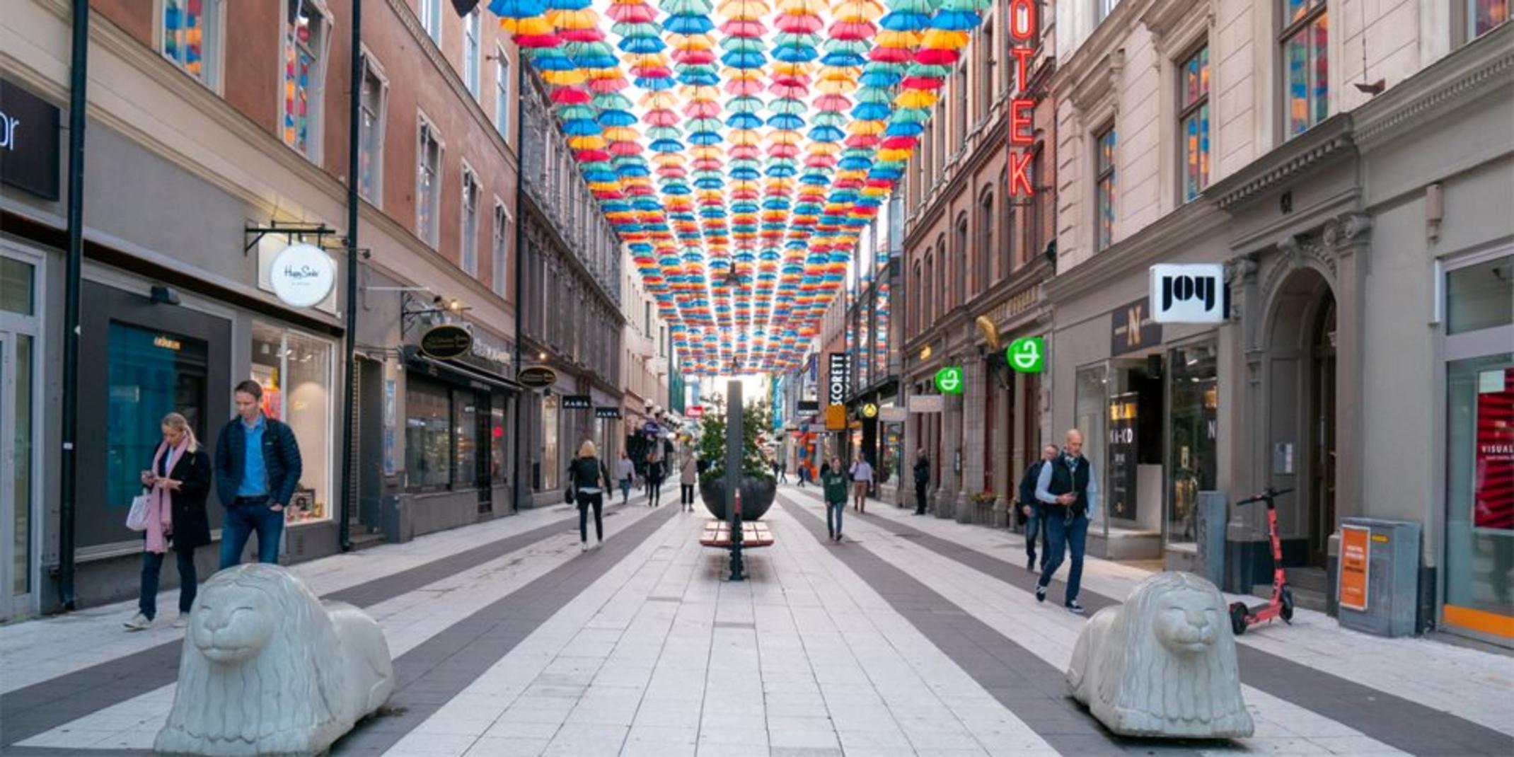 Agora ao vivo: 1400 guarda-chuvas formam um céu colorido sobre Drottninggatan